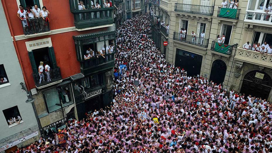 O começo das festividades é marcado no dia 6 de julho pelo lançamento de um foguete originalmente chamado Chupinazo, que ocorre ao meio dia, na sacada do Palácio Consistorial, sede do governo municipal, e terminam no dia 14 do mesmo mês, a meia noite, com a canção de despedida chamada Pobre de Mí