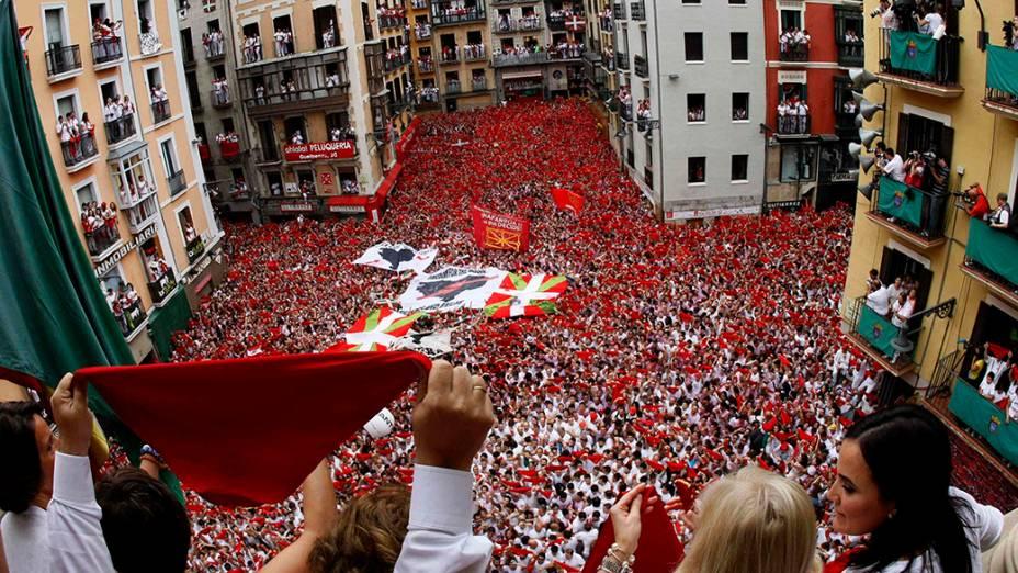 Milhares de foliões participam do tradicional Festival de São Firmino, que ocorre anualmente na cidade histórica de Pamplona, na Espanha. As festividades homangeiam o santo padroeiro da cidade e co-padroeiro de Navarra, uma província autónoma ao noroeste do país