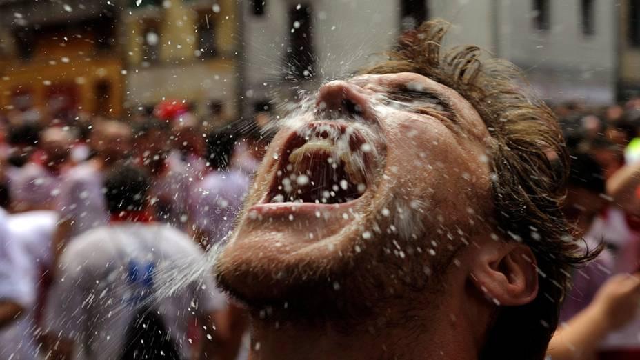 Um folião é retratado após o início do Festival de São Fermino, em Pamplona, noroeste da Espanha. O evento é tradicionalmente conhecido pelo mundo devido a famosa corrida de touros