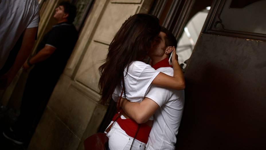Um casal se beija durante as comemorações do Festival de São Firmino, na cidade de Pamplona, ao noroeste da Espanha