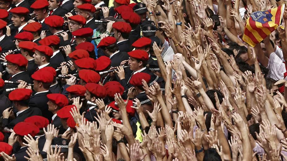 Na imagem, centenas de pessoas tomam as ruas da cidade de Pamplona, na Espanha, durante o Festival de São Firmino. Tradicionalmente, os foliões se vestem de roupa branca, lenço no pescoço e uma faixa vermelha na cintura