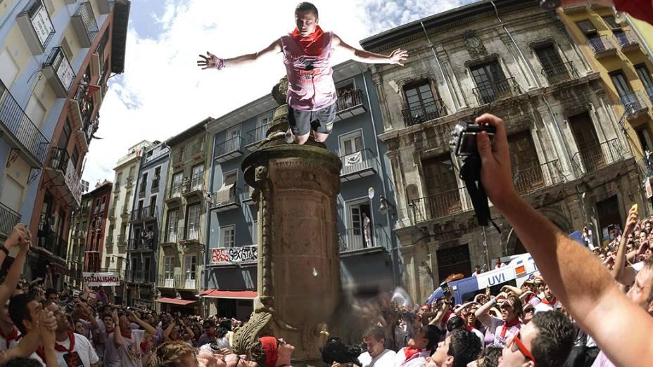 Jovem salta da fonte de Navarra, durante o tradicional Festival de São Fermino, na cidade de Pamplona, ao noroeste da Espanha. Todos os anos milhares de pessoas de todo o mundo participam das festividades em homenagem a São Firmino, o santo padroeiro da cidade