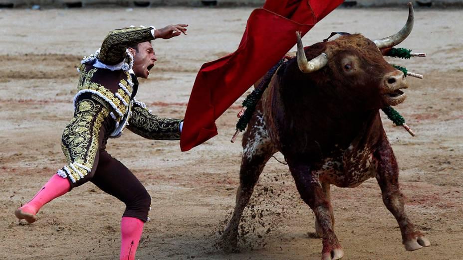 O toureiro espanhol, Antonio Ferrera, durante a primeira tourada do tradicional Festival de São Fermino, que acontece anualmente na cidade histórica de Pamplona, ao noroeste da Espanha. As touradas fazem parte de um conjunto de atividades realizadas durante os nove dias do Festival