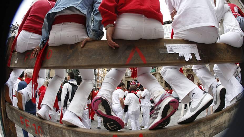 Foliões durante procissão, uma das atividades do tradicional Festival de São Firmino, que ocorre anualmente da cidade histórica de Pamplona, ao noroeste da Espanha