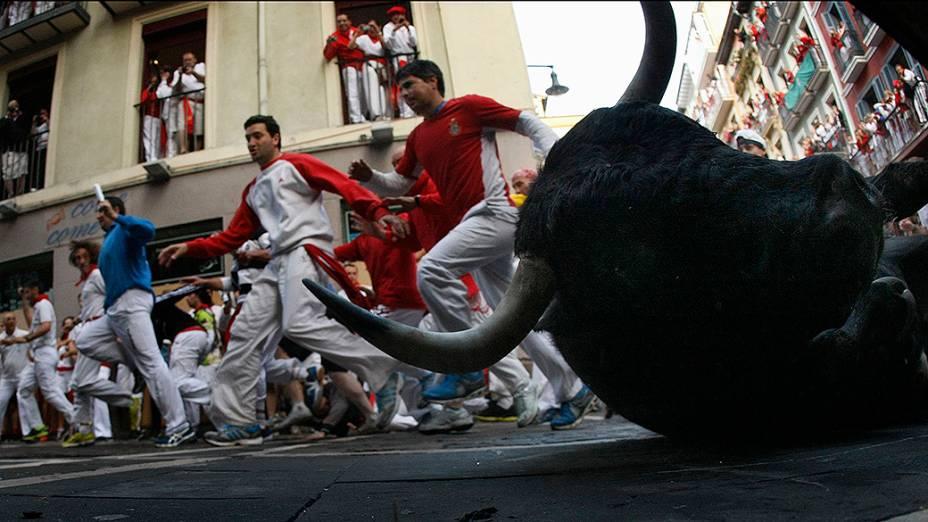 Foliões são fotogrados durante a segunda corrida de touros do Festival de São Fermino, na cidade histórica de Pamplona, na Espanha. A tradicional corrida faz parte das atividades que integram os nove dias de festa