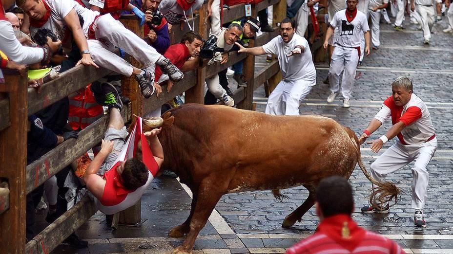 Homem é atingido por um touro durante o festival de São Firmino em Pamplona, na Espanha