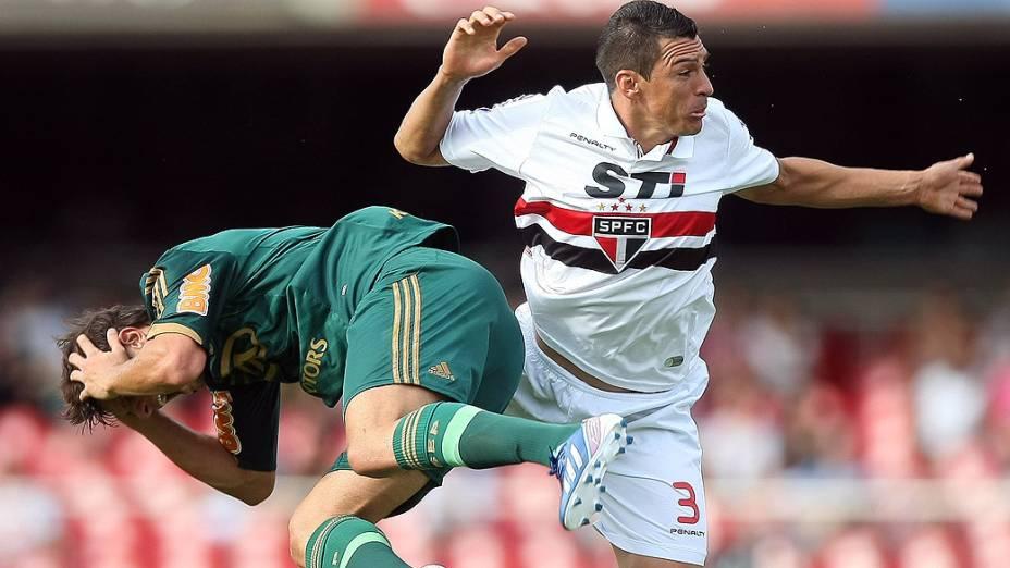 Kleber do Palmeiras e Lucio do São Paulo, durante partida válida pelo Campeonato Paulista