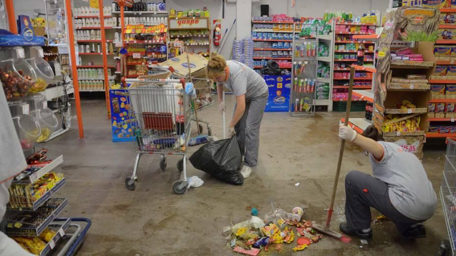 Funcionários limpam supermercado em Córdoba, na Argentina