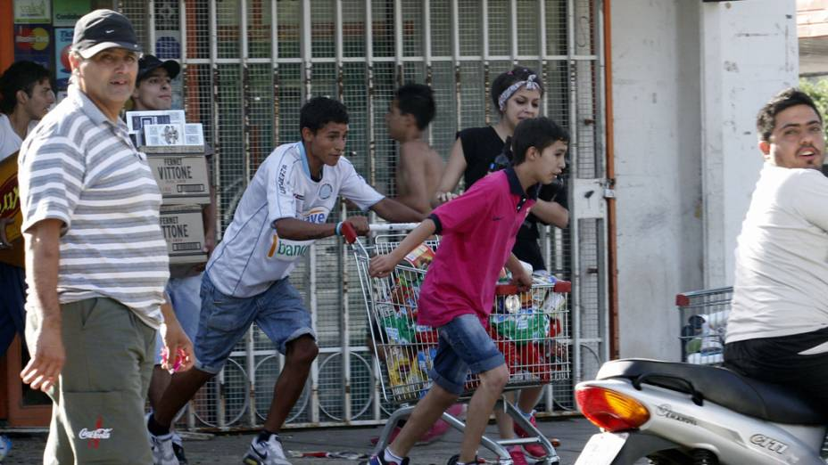 Pessoas correm durante a onda de saques em Córdoba