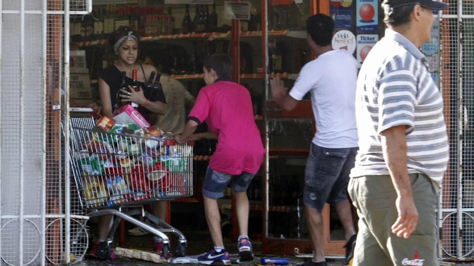 Argentinos saqueiam supermercado em Córdoba