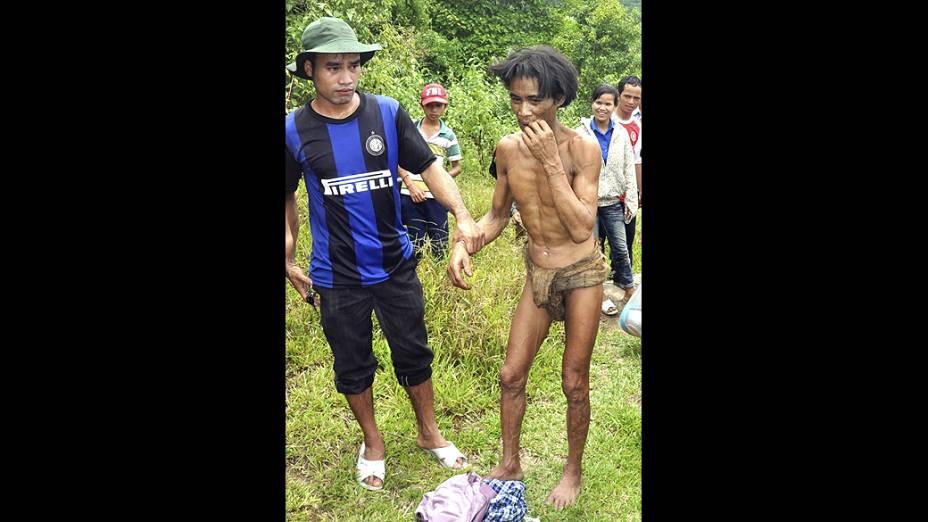 Ho Van Lang, de 42 anos, foi encontrado com o pai em uma selva na província de Quang Nagai, no Vietnã. Eles vestiam roupas feitas com cascas de árvores.