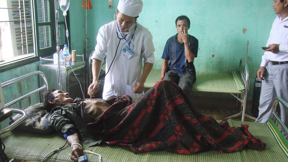 Ho Van Thanh, de 82 anos, recebe tratamento após viver 40 anos na selva vietnamita