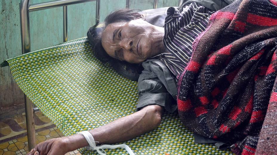Ho Van Thanh, de 82 anos, recebe tratamento após viver 40 anos na selva vietnamita. Ele caçava animais e comia frutas para sobreviver.