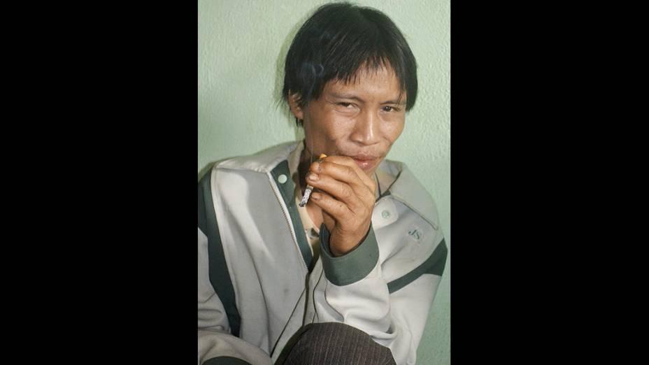 Ho Van Lang, de 42 anos, fuma um cigarro após ser resgatado da selva vietnamita