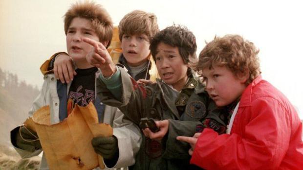 Sean Astin, como Mikey (segundo da esquerda para a direta), em Os Goonies