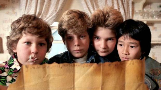 Sean Astin, como Mikey (segundo da esquerda para a direita), em Os Goonies