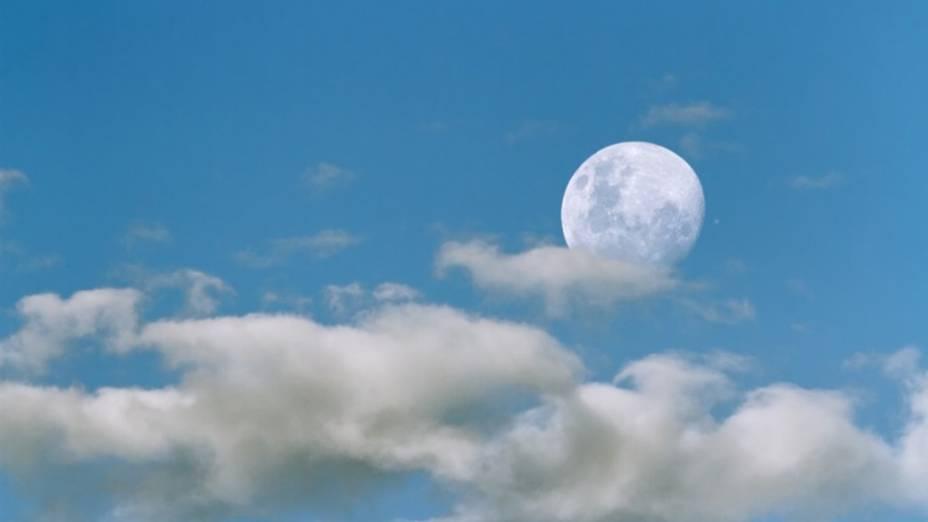 <p>Uma vista incomum de um alinhamento astronômico durante o dia, capturada na Argentina. A imagem retrata o momento logo antes de Júpiter ser ocultado pela Lua. O planeta pode ser visto como um ponto brilhante do lado direito da Lua</p>