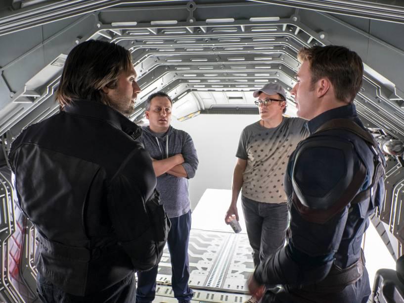 Sebastian Stan (Soldado Invernal) e Chris Evans (Capitão América) conversam com os diretores Joe e Anthony Russo nos bastidores de Guerra Civil