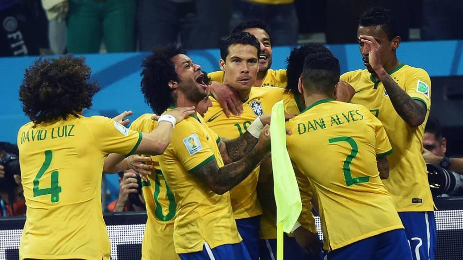 Jogadores do Brasil comemoram a vitória sobre a Croácia no jogo de estreia da Copa do Mundo, no Itaquerão em São Paulo