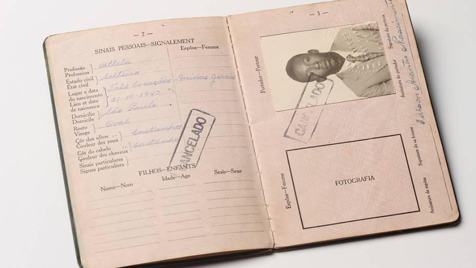 Objetos do acervo pessoal de Pelé no livro As joias do rei, de Celso de Campos Jr. Na imagem, o segundo passaporte de Pelé