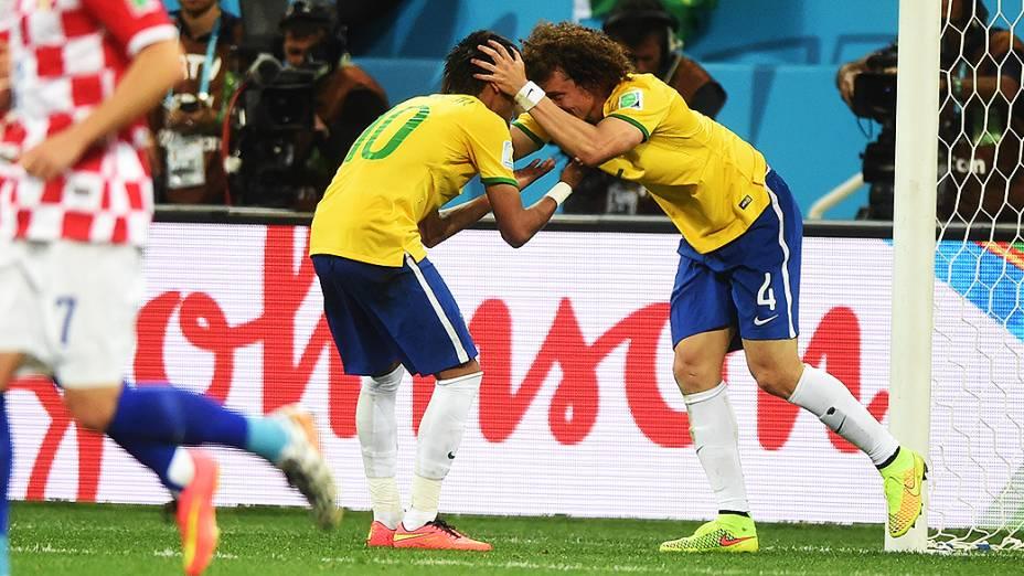 David Luiz se desculpa com Neymar após lance no jogo contra a Croácia no Itaquerão, em São Paulo
