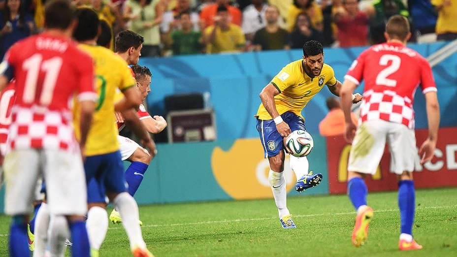 Hulk cruza a bola no jogo contra a Croácia em Itaquerão, em São Paulo