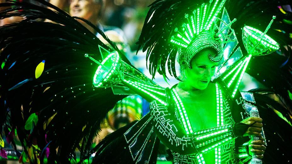 Desfile da escola de samba Beija Flor pelo Grupo Especial do Carnaval do Rio de Janeiro, no Sambódromo da Marquês de Sapucaí, no Rio de Janeiro, na madrugada deste domingo (3)
