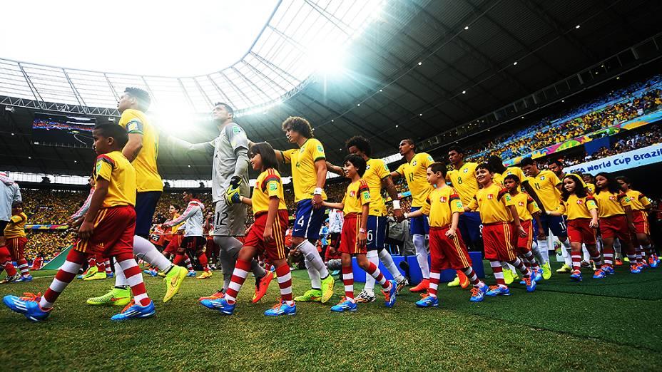 Jogadores do Brasil entram para o jogo contra o México no Castelão, em Fortaleza