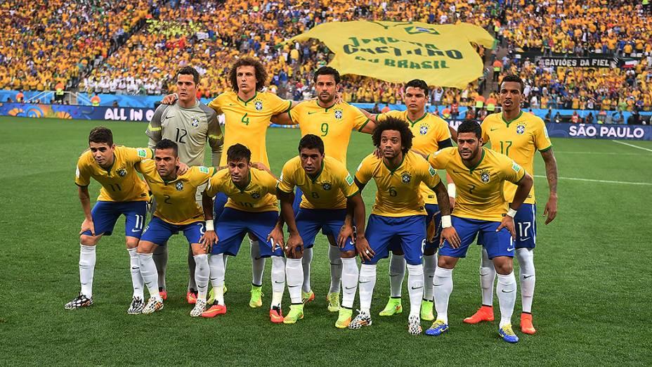 Seleção brasileira entra em campo para o jogo de abertura da Copa contra a Croácia, no Itaquerão em São Paulo