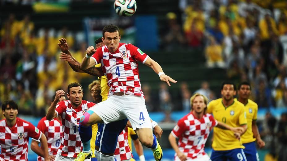 Jogador da Croácia afasta a bola de cabeça, no Itaquerão em São Paulo