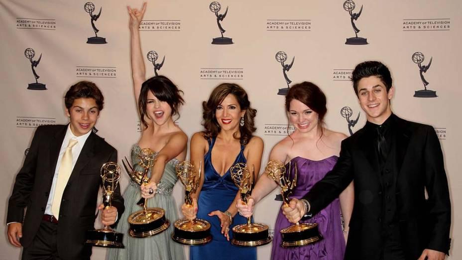 """Selena Gomez e o elenco de """"Os Feiticeiros de Waverly Place"""" da Disney, no Emmy de 2009"""
