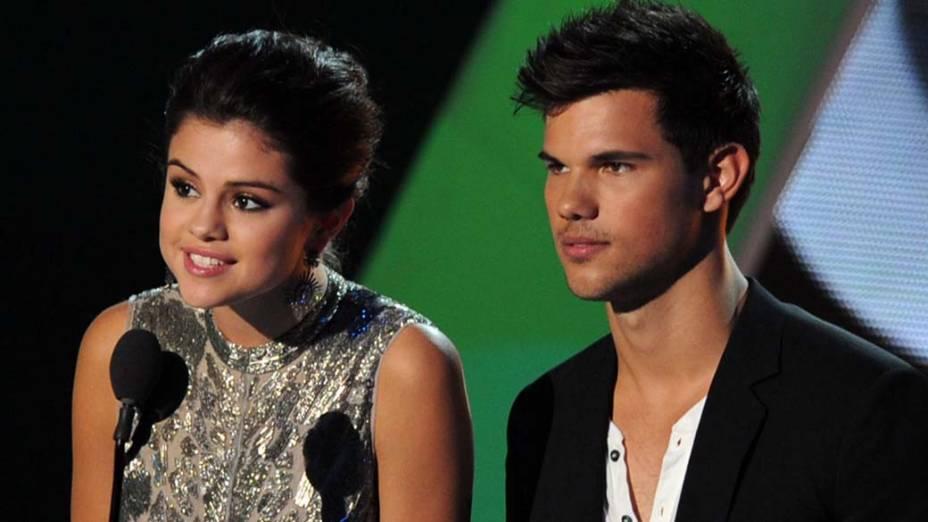 Selena Gomez e Taylor Lautner, em premiação, nos Estados Unidos