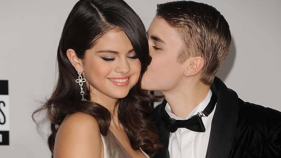Selena Gomez e Justin Bieber durante o American Music Awards 2011 em Los Angeles, Califórnia