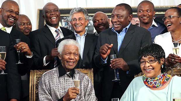 2010 - Nelson Mandela comemorou os 20 anos de sua libertação da prisão com um jantar particular. O líder africano ficou preso durante o regime do apartheid por 27 anos