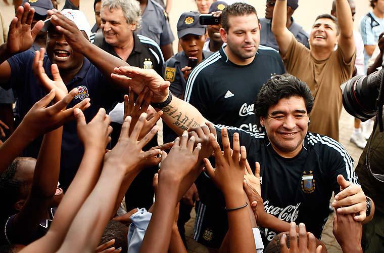 Técnico da seleção argentina de futebol, Diego Maradona brincou com crianças na África do Sul