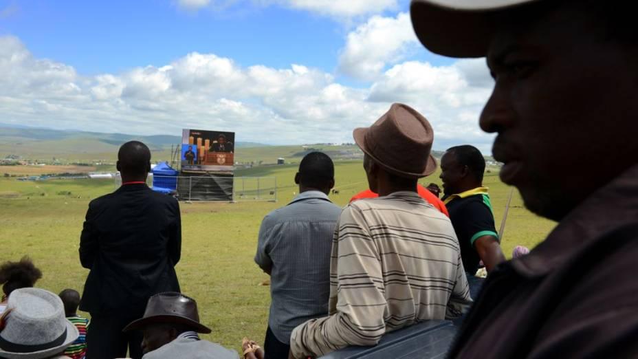 Moradores da região assistem, em um telão, ao sepultamento de Nelson Mandela em Qunu, África do Sul