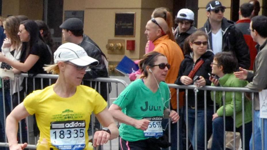 Fotos divulgadas pela agência AP neste final de semana mostram os dois suspeitos durante a prova da Maratona de Boston, na última segunda-feira, cerca de 20 minutos antes das explosões que mataram três pessoas e feriram quase 200