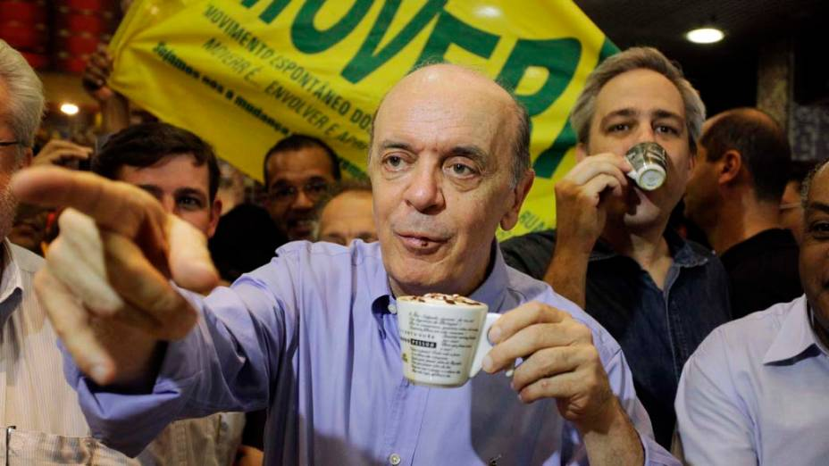 O candidato à prefeitura de São Paulo pelo PSDB, José Serra, toma café em padaria no centro no primeiro dia de sua campanha eleitoral em São Paulo