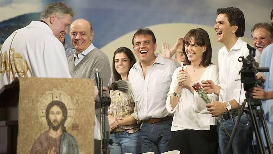 Os candidatos José Serra e Gabriel Chalita se encontram em missa celebrada pelo padre Marcelo Rossi, em 04/10/2012