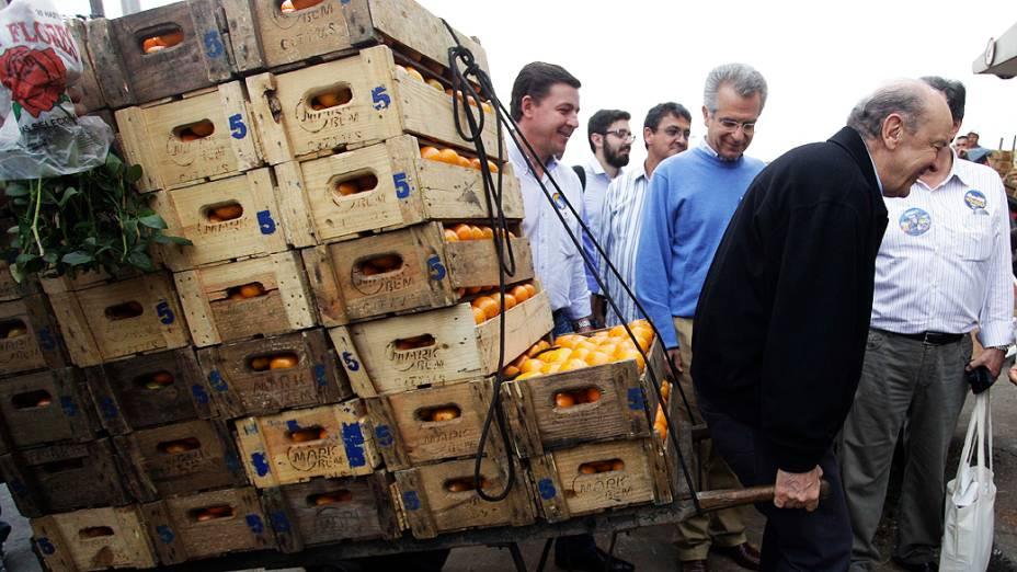 O candidato à prefeitura de São Paulo José Serra carregou um carrinho om frutas durante a visita à Ceagesp, em 05/10/2012