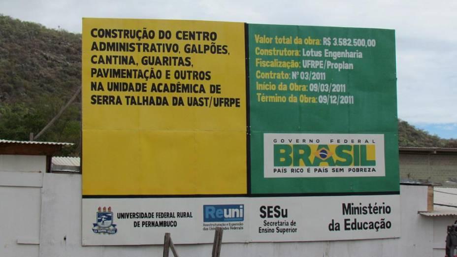 Foto tirada no início do mês de junho por um professor do campus da Universidade Federal Rural de Pernambuco (UFRPE) em Serra Talhada mostra o atraso na entrega da obra