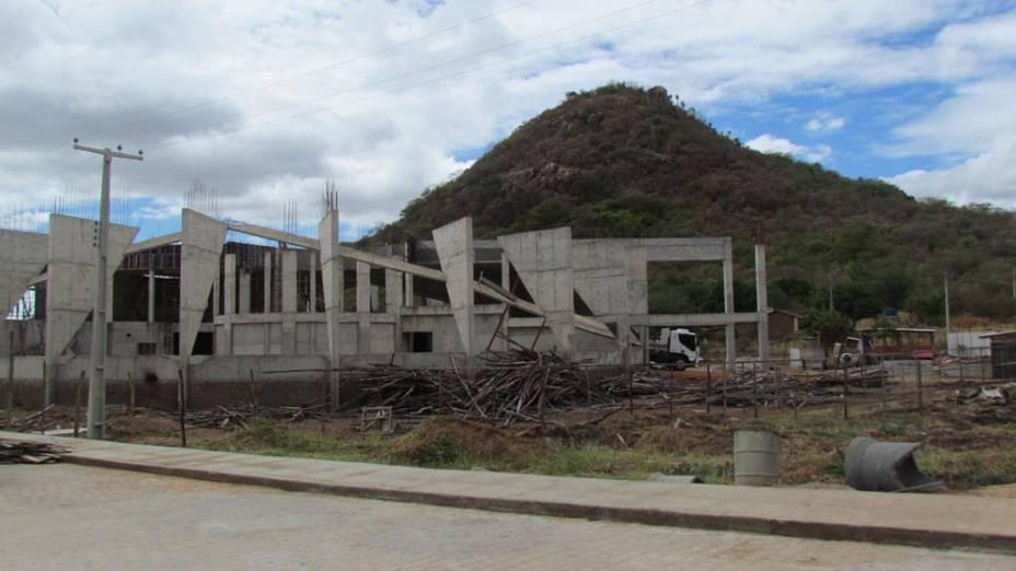 Foto tirada no início do mês de junho por um professor do campus da Universidade Federal Rural de Pernambuco (UFRPE) em Serra Talhada mostra uma das obras paralisadas do local