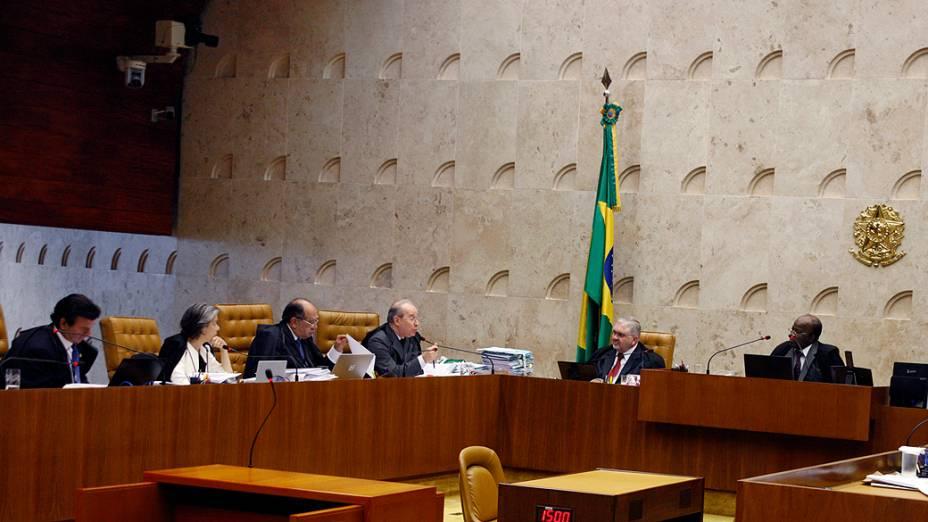 Ministros do STF durante a primeira sessão do julgamento do mensalão presidida por Joaquim Barbosa
