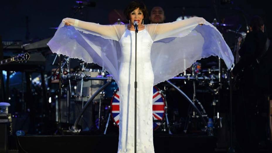A cantora Shirley Bassey durante show no Palácio de Buckingham