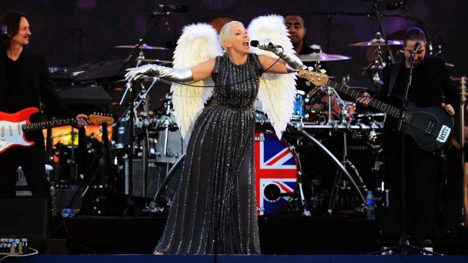 A cantora Annie Lennox durante show no Palácio de Buckingham