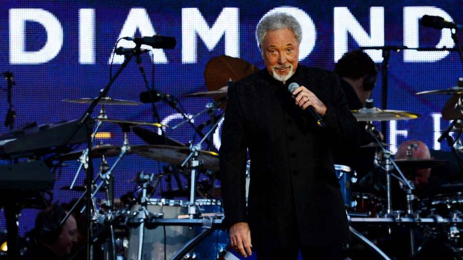 O cantor Tom Jones durante show no Palácio de Buckingham