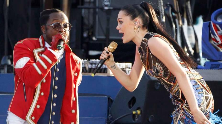 Os cantores will.i.am e Jessie J durante show no Palácio de Buckingham