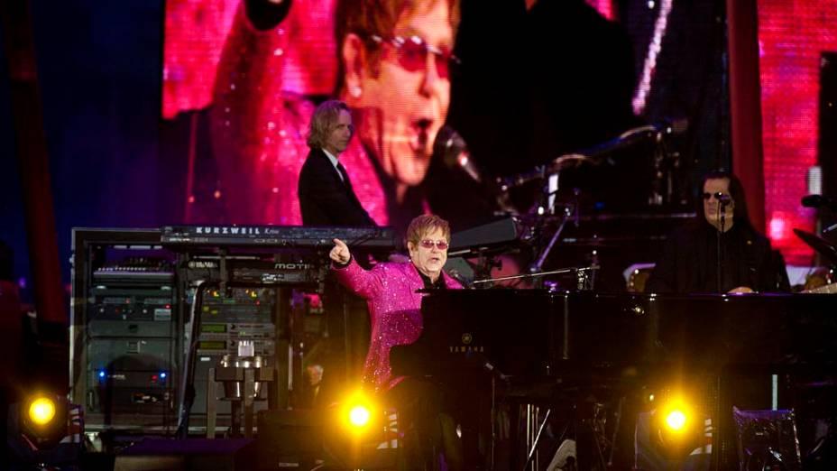 O cantor Elton John durante show no Palácio de Buckingham