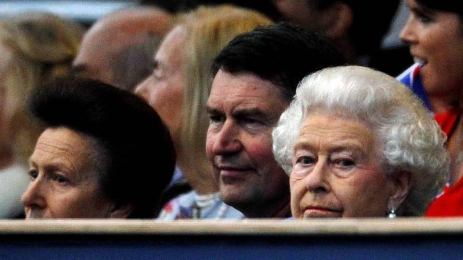 Rainha Elizabeth II assiste ao show de comemoração de seu Jubileu de Diamante no Palácio de Buckingham