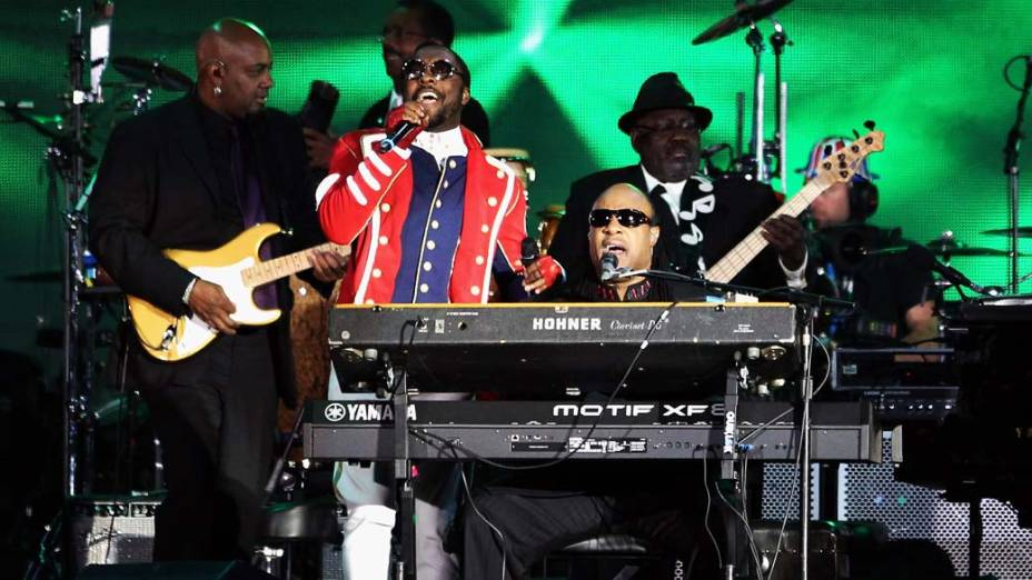 Will.i.am e Stevie Wonder durante show no Palácio de Buckingham